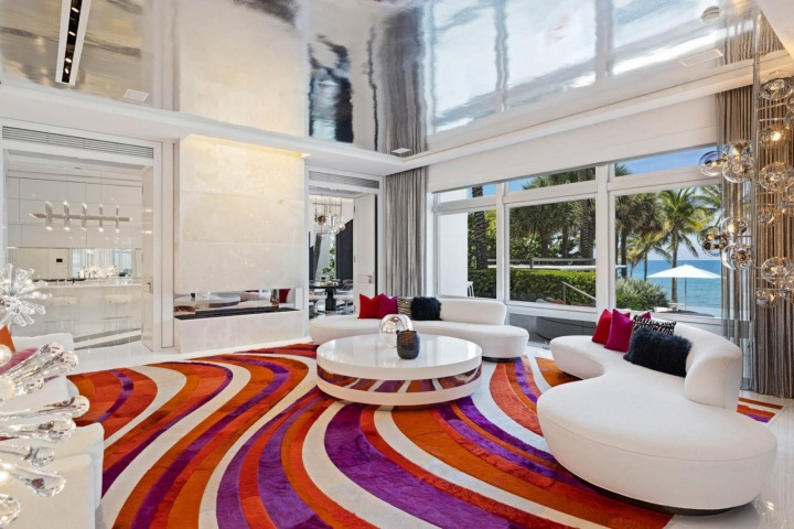 Obývací pokoj s křiklavě barveným kobercem