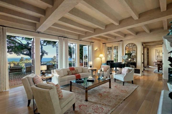 Obývací pokoj v krémových barvách.