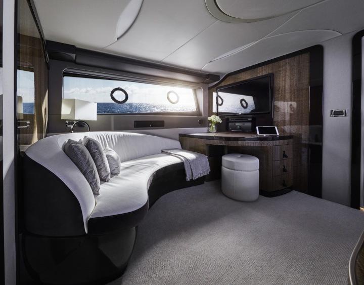 Interiér jachty je luxusní.