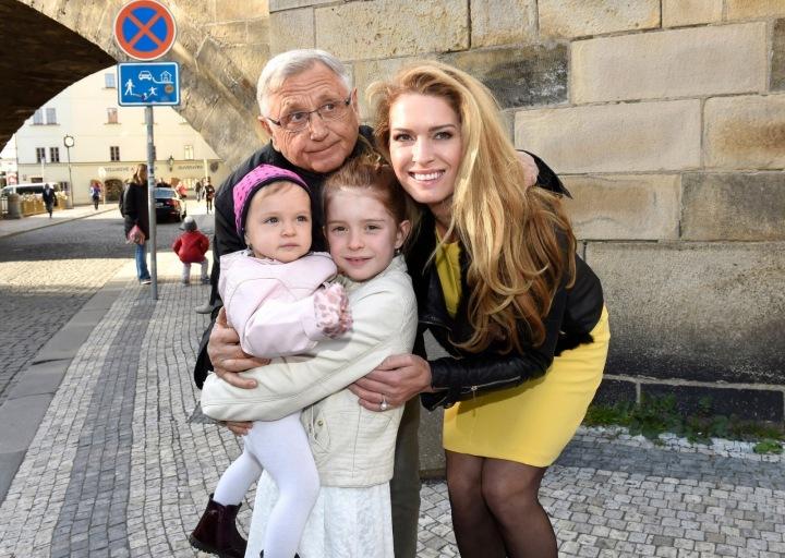 Olga Menzelová, Jiří Menzel, dcery Eva Maria a Anna Karolína