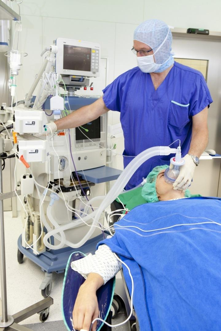 Lékař a pacient při operaci.