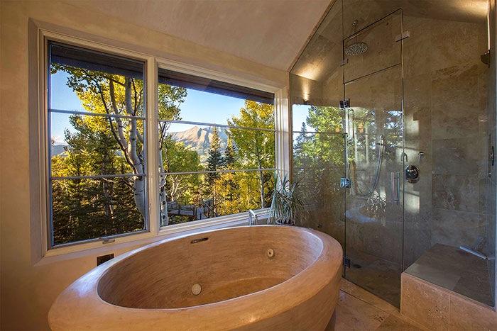 Koupelna v domě Telluride a výjimečná vana