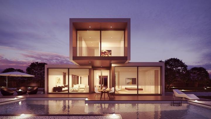 Osvětlený dům s bazénem
