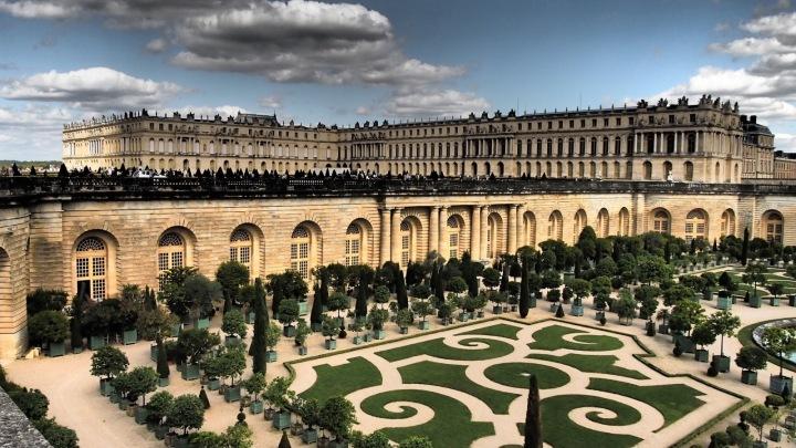 Palác ve Versailles se zahradami.