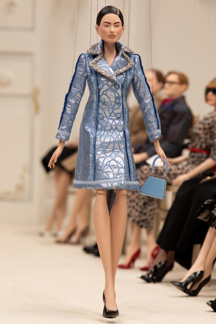 Panenka v modrém kabátu Moschino