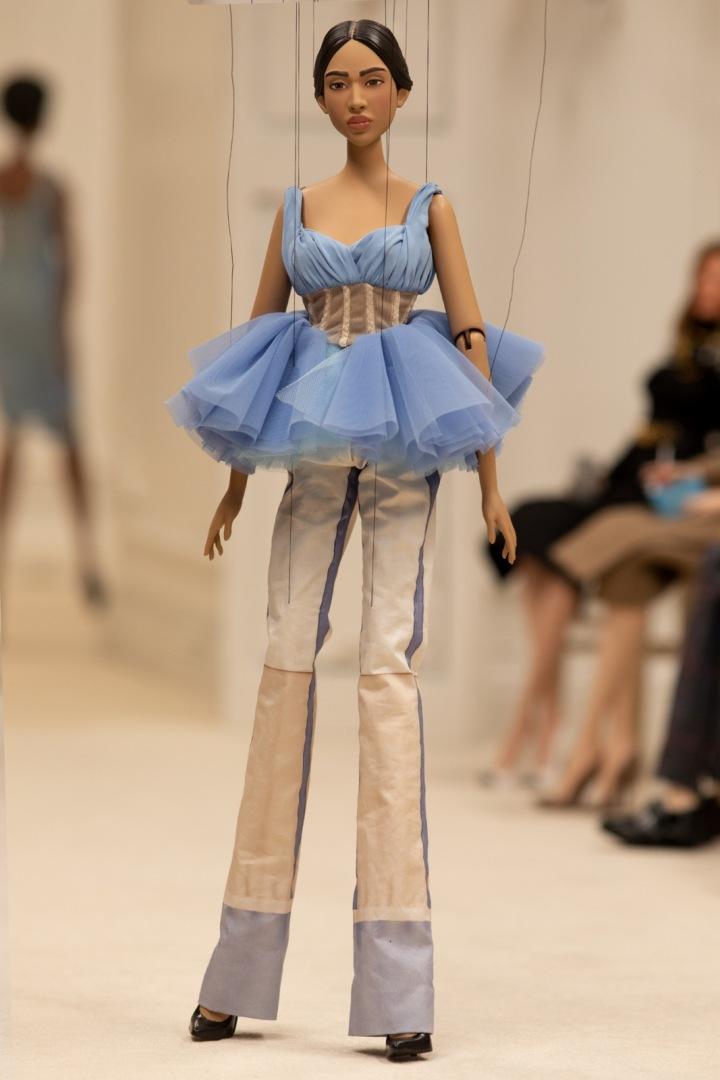 Panenka v modrém topu a kalhotách Moschino