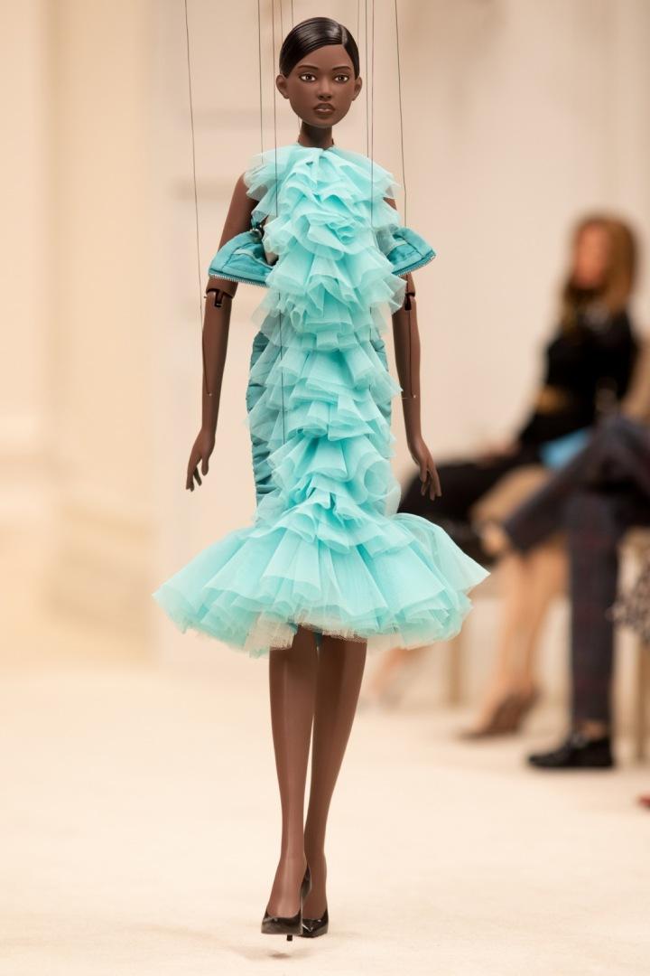 Panenka v modrých šatech Moschino