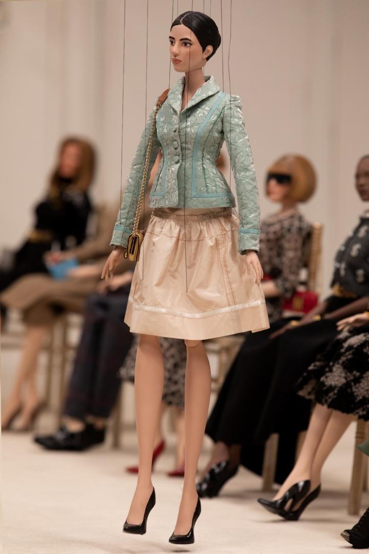 Panenka v saku a nude sukni Moschino