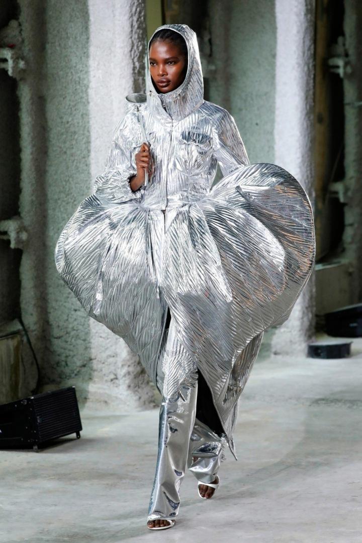 Modelka ve stříbrných balónových šatech kolekce AREA