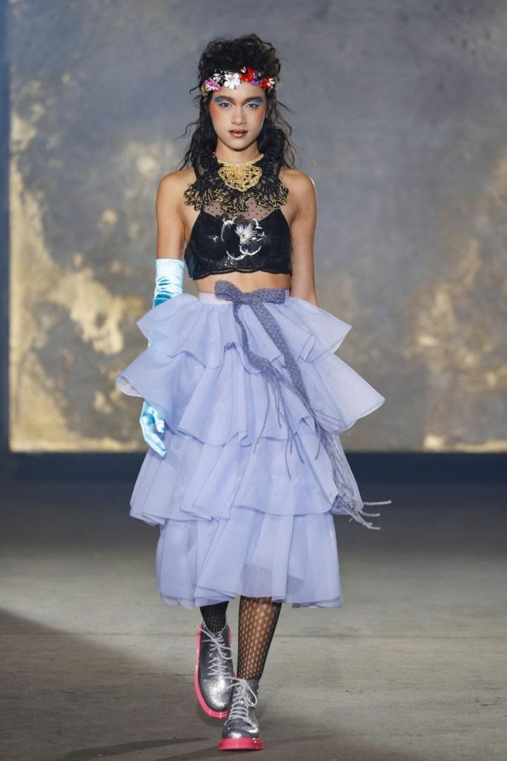 Modelka v crop topu a modrého-filakové řasené sukni kolekce Viktor&Rolf