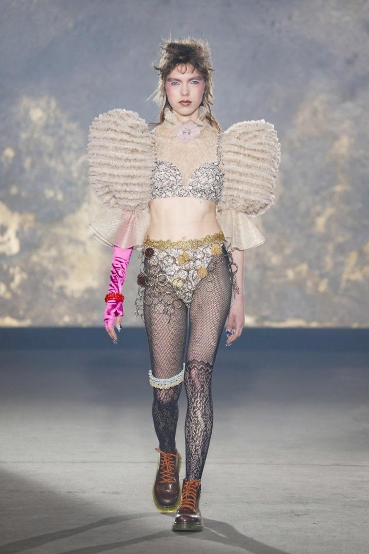 Modelka ve spodním prádle a punčochách s balónovými rukávy kolekce Viktor&Rolf