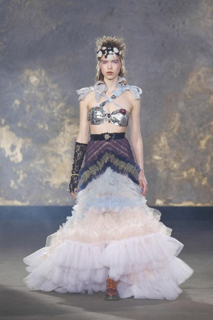 Modelka v podprsence a štrasované sukni s botami ve stylu Martens