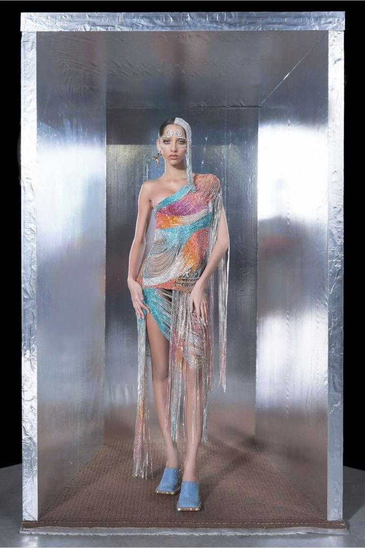 Modelka v barevných duhových šatech kolekce AREA