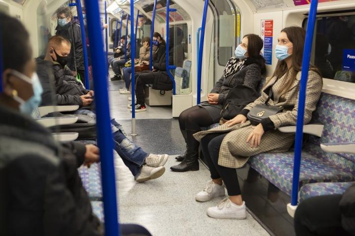 Lidé v rouškách v metru