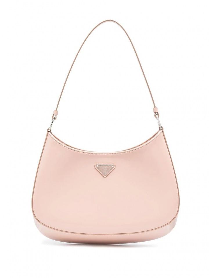 Růžová kabelka Prada.