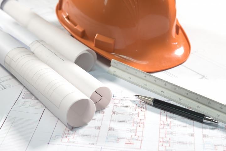 Stavební plány na stole.
