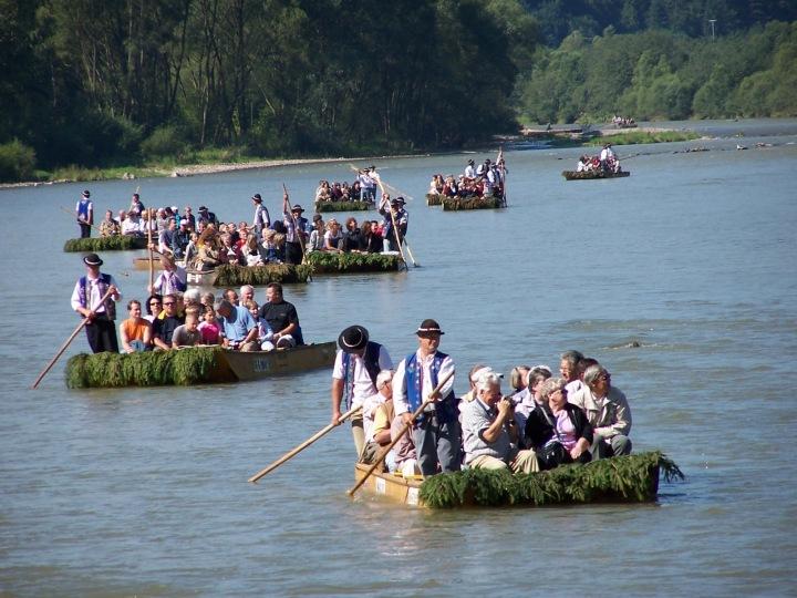 Lidé na vorech oblečení v tradiční goralské vestě a klobouku