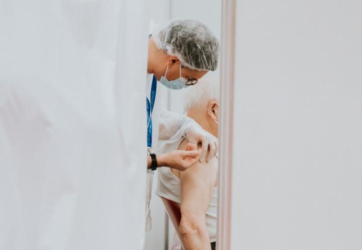 Podání vakcíny starému člověku