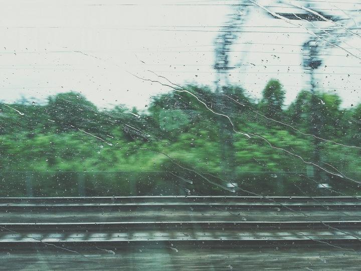 Pohled z vlaku během bouřky