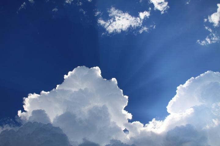 Polojasná obloha s prosvítajícím sluncem