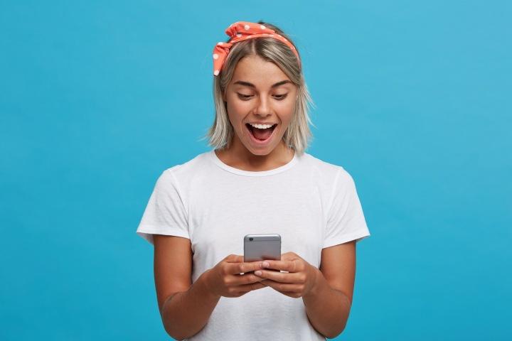 Sympatická dívka chatuje na telefonu