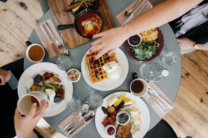 Potraviny a pití na stole