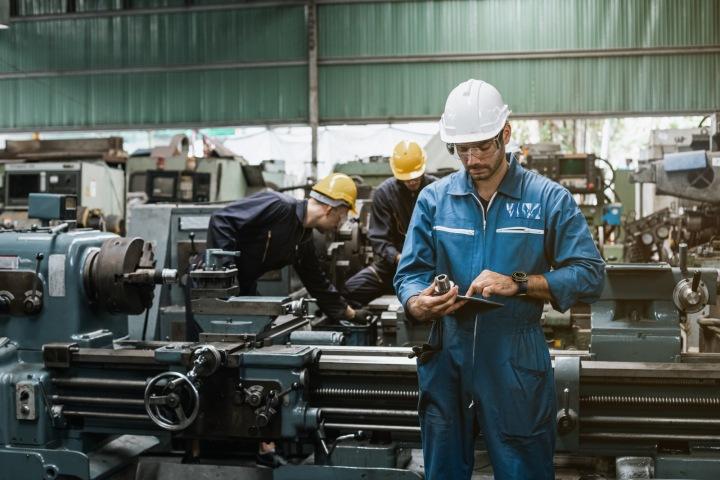 Pracovník ve výrobě s hodinkami.