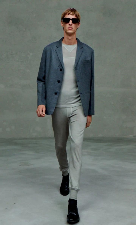 Muž v teplákách a šedém saku Prada