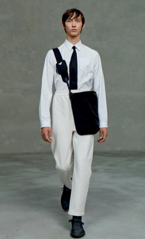 Muž v bílých teplácích a košili Prada