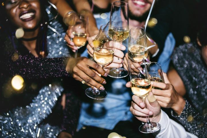 Přátelé si přiťukávají šampaňským.