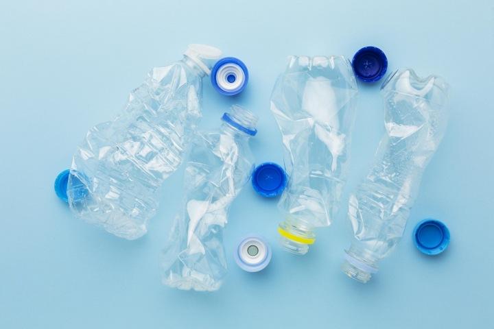 Prázdné plastové flašky.