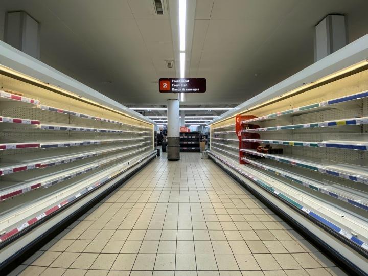 Prázdné regály v britském supermarketu