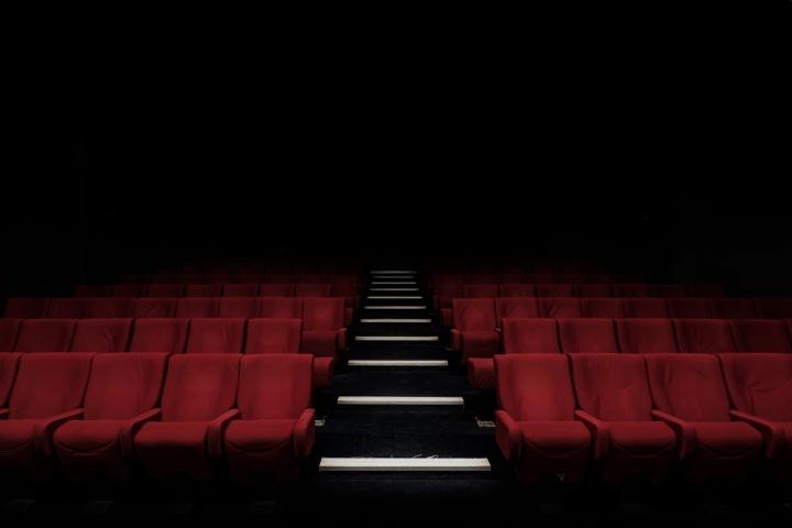 Prázdný kinosál ve tmě