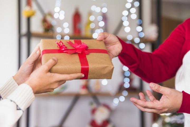Předání vánočního dárku.