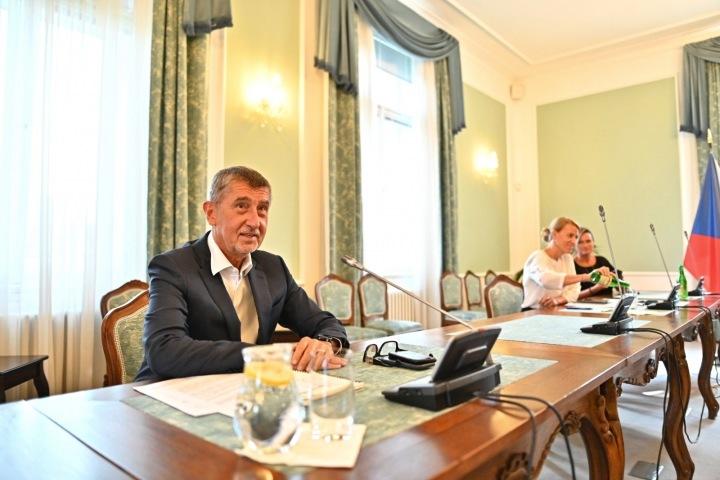 Premiér Andrej Babiš za stolem
