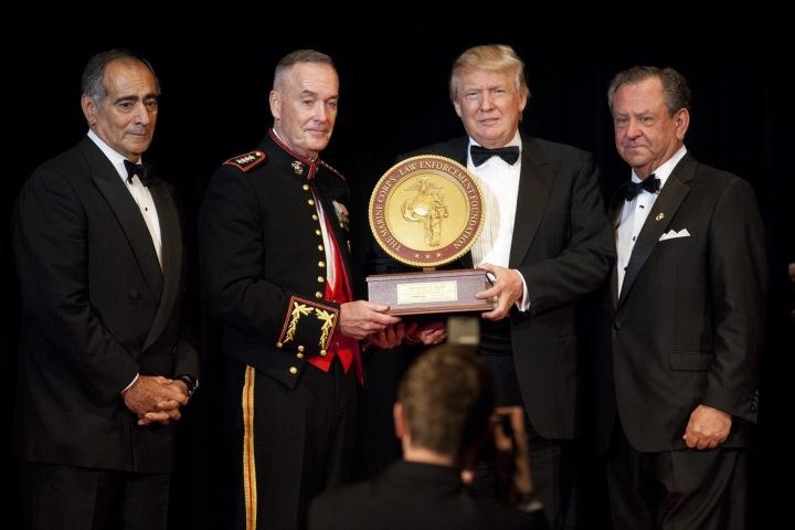 Prezident Donald Trump a tři muži