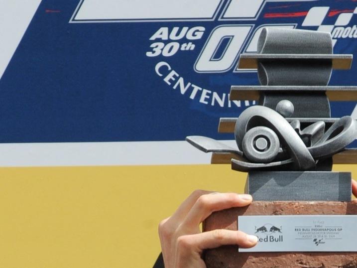 Marco Simoncelli s pohárem po závodu Moto GP