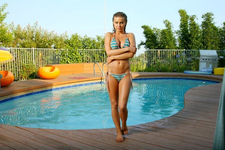 Mladá Carmen Electra u bazénu