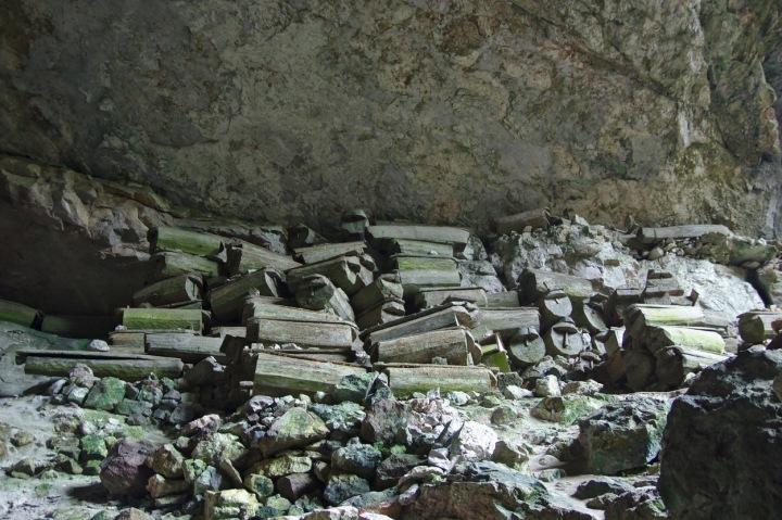 Rakve v pohřební jeskyni Lumiang, Sagada, Luzon, Filipíny