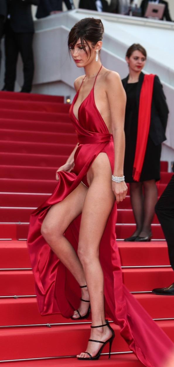Bella Hadid neuhlídala vysoký rozparek.