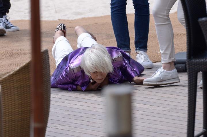 Helen Mirren upadla na zem.