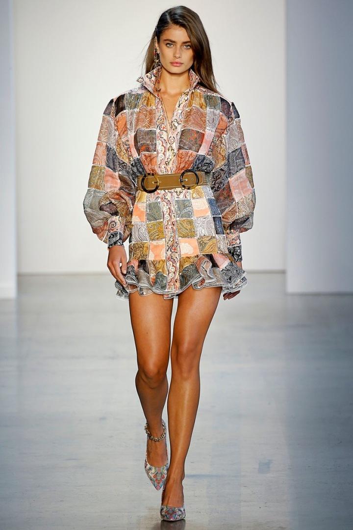 Žena na módní přehlídce.