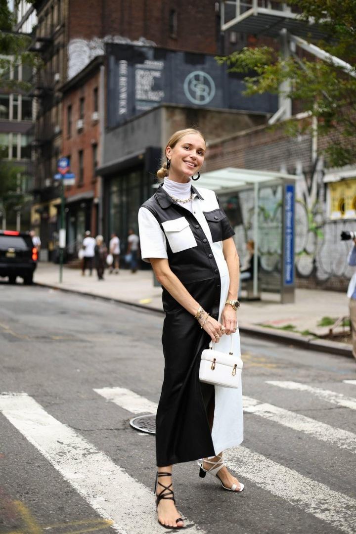 Žena v černobílých šatech.