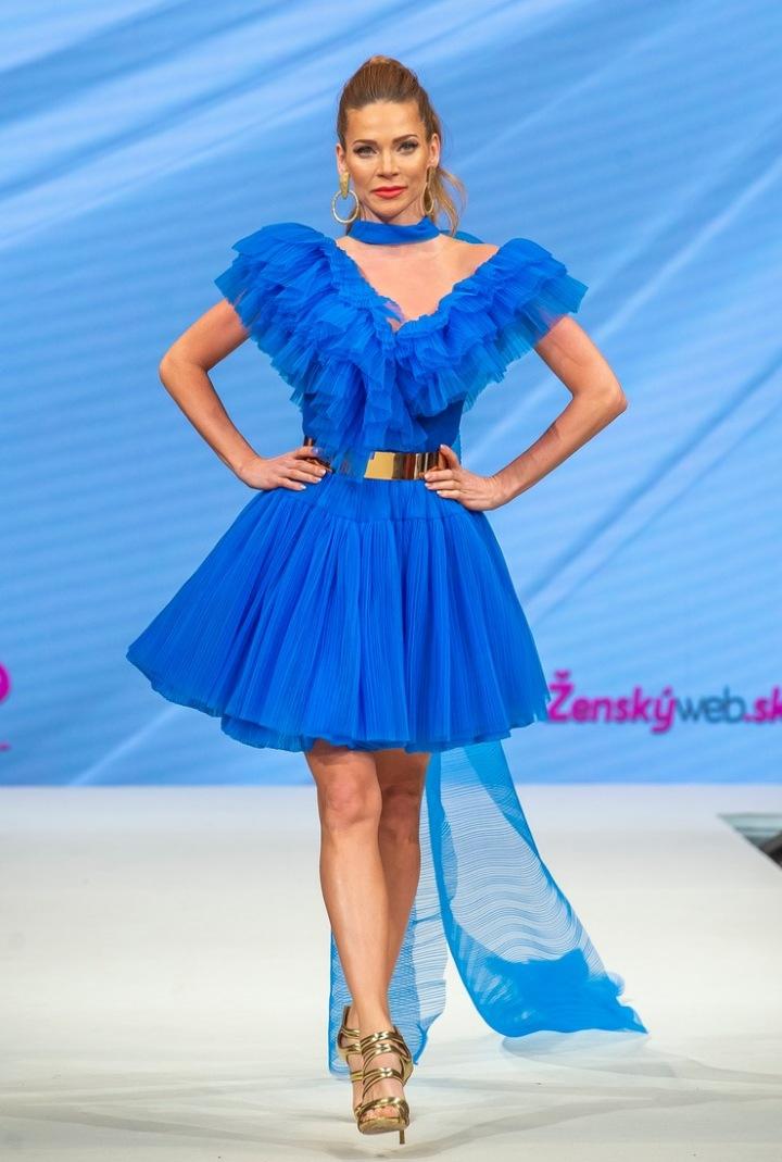 Andrea Verešová v modrých šatech