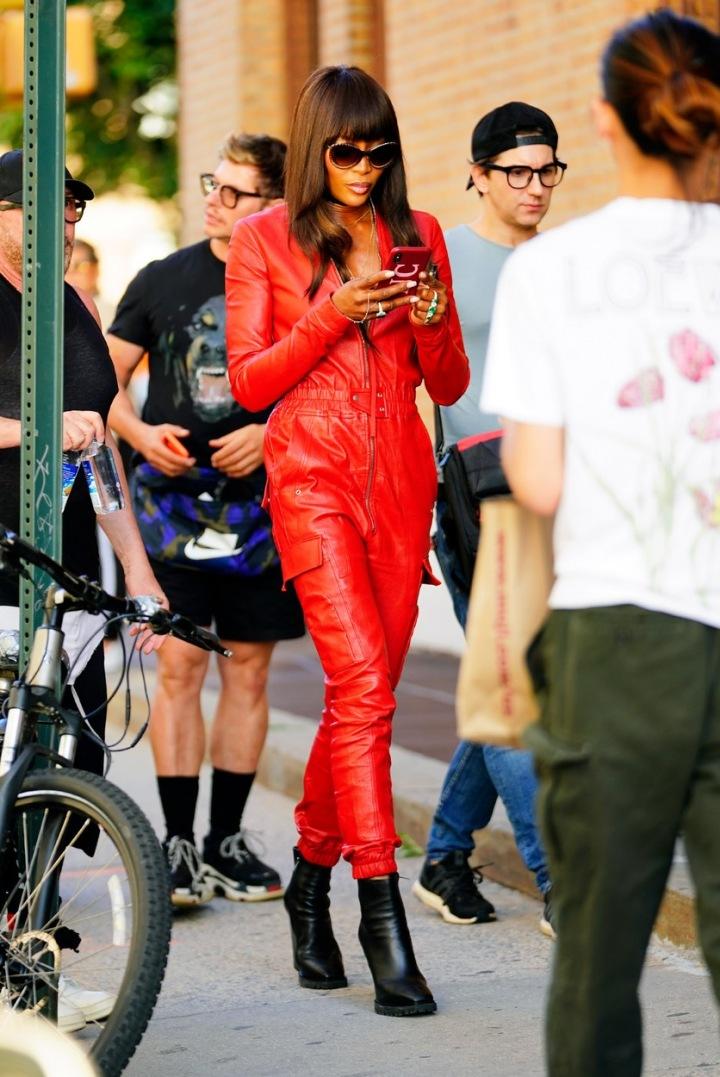 Naomi Campbell v červeném overalu