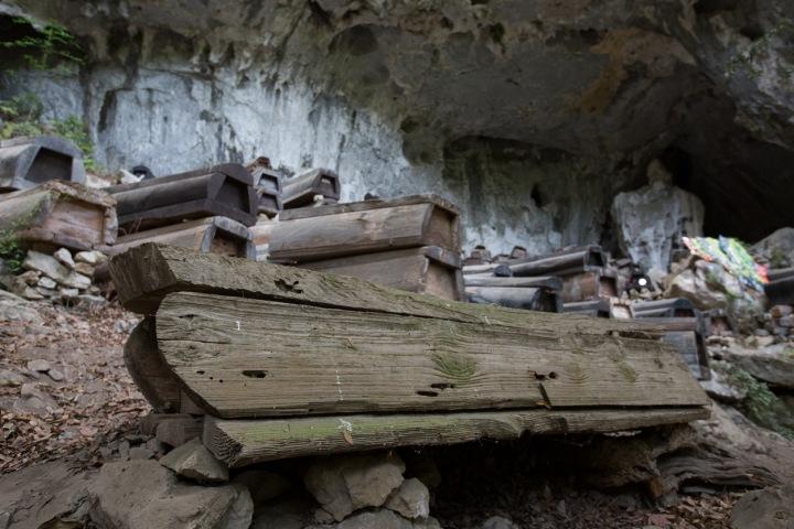 Závěsné rakve jsou vyrobené z dlabaného masivního dřeva. Detail rakve.
