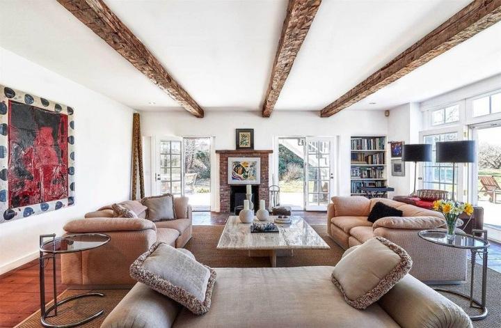 Obývací pokoj s cihlovým krbem