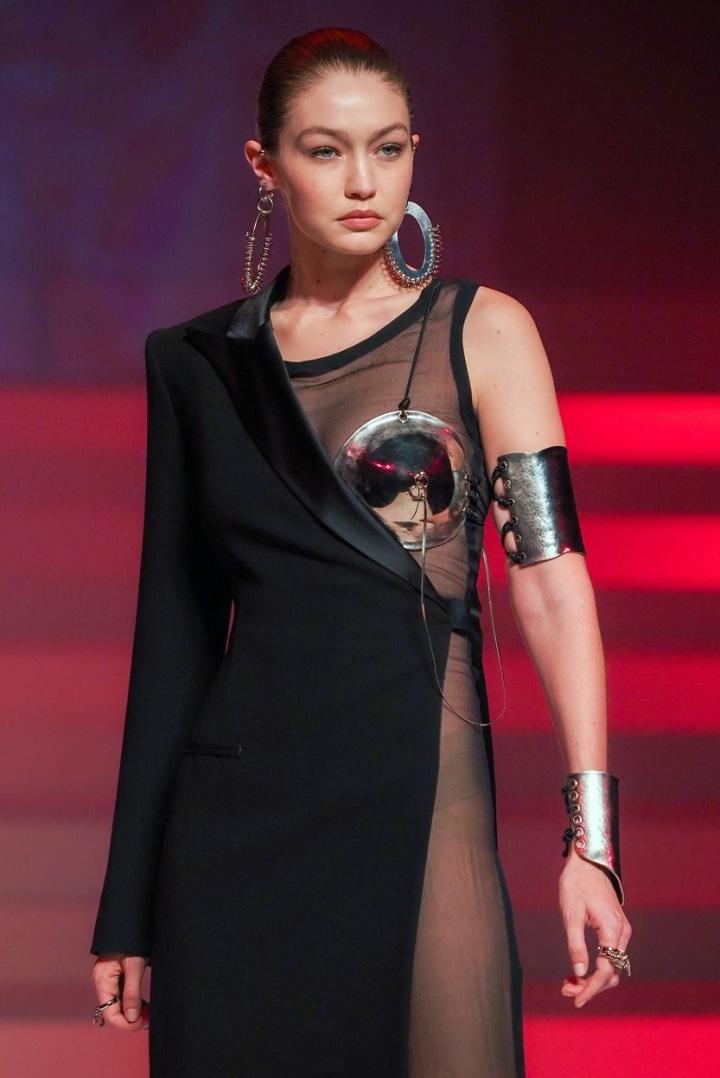 Gigi Hadid v šatech s podprsenkou a lá Madonna