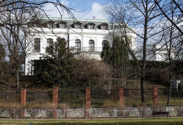 Sídlo Ruské ambasády v Praze na náměstí Pod kaštany, jež se má přejmenovat na náměstí Borise Němcova