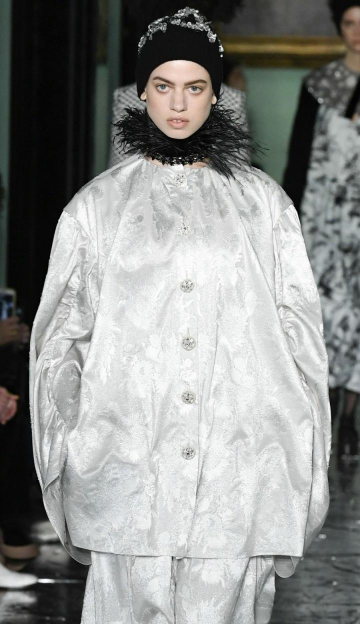 Modelka ve volném kabátu